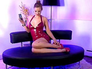 Menina de sexo quente e loira de sexo com vestido de couro vermelho