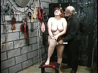 linda jovem escrava morena desnuda para humilhação jogue no porão