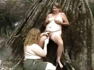 antigas lésbicas que se divertem na madeira. amador
