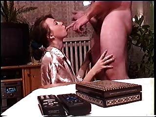 Masturbação amadora em cetim dourado parte 2.
