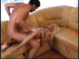 nikki loiro com alvejante gosta de sexo quente na casa da praia suja