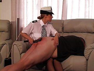 policial do sexo feminino castiga e canas cara