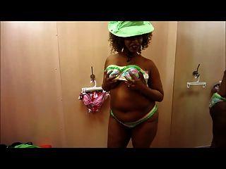 louca mulher boba ebony em um biquíni