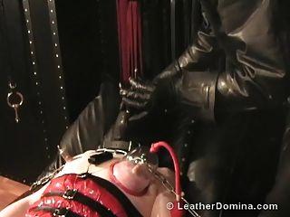 o couro domina tortura do mamilo