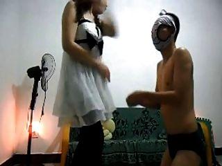 A senhora asiática bate um escravo muito duro