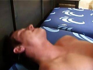O garoto loiro sexy tira um grande pau em sua bunda