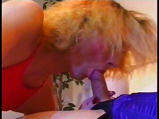 um shemale quente recebe uma blowjob de outro e cums em seu rosto