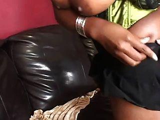 beleza negra fodida em um sofá