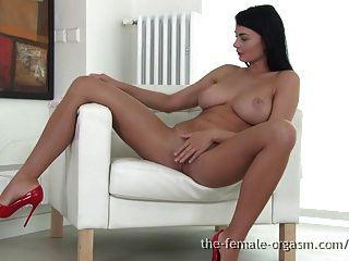 Coed sexy com grandes seios naturais se masturba ao orgasmo