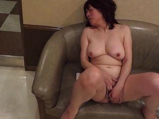 Amadurete japonês maduro se masturba e, então, suga