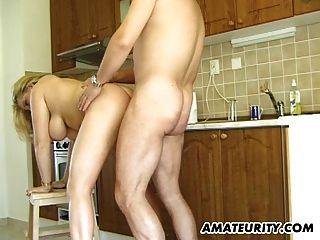 Milf amputado e busty suga e foda na cozinha dela