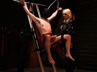 Monicamilf tem uma torre de dor em seu calabouço norsk porno