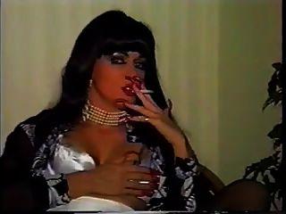 senhora fumando unhas compridas