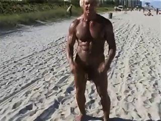 Bodybuilder de 70 anos em praia nua
