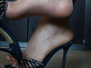 pés em nylon e saltos altos