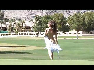 malena morgan nua no campo de golfe