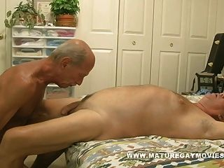 homem maduro e musculoso foda um pedaço de bunda jovem
