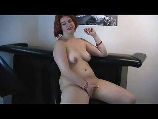 excêntrica peluquea peluqueada ex namorada brincando com gatinho molhado