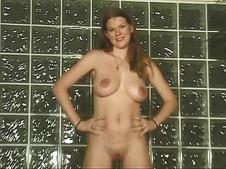 A menina contra a parede mostra seus grandes tomos e coxa raspada
