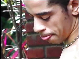 Tranny jovem e fofa, deixa seu pau chupado antes de fodê-lo