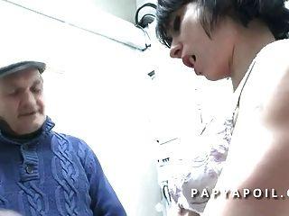 papy baise une jeune salope avec un pote