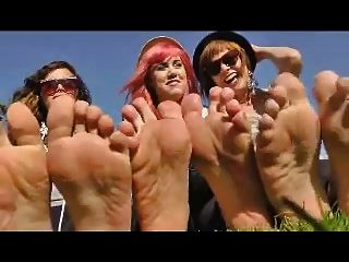 3 meninas removem seus sapatos para mostrar seus pés