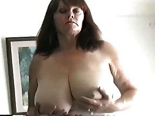 MILF maduro com grandes mamas esfregando o bichano
