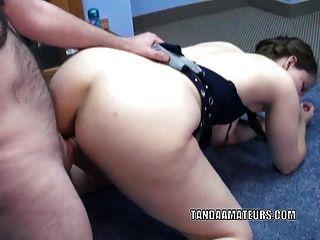 natasha swinger maduro está sendo fodido por um estranho