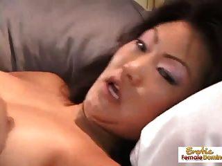 A puta asiática joga consigo mesma e fica fodidamente super dura