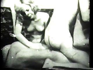 Morceira de cachorrinho morena e um galo branco grosso na pornografia clássica