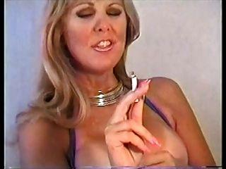 pam fumando e dedilhando pussy