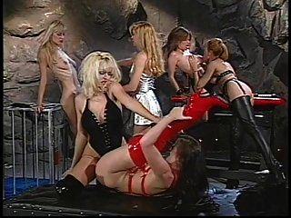 lésbicas nas botas altas da coxa lamberam e sugam