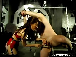 dominatrix asiática e seu escravo amarrado