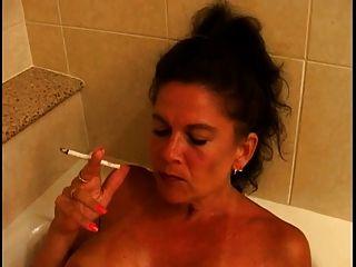 Puma madura e quente busty fumando 120s na banheira