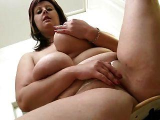 Mamãe gordinha mostra seu corpo na cozinha