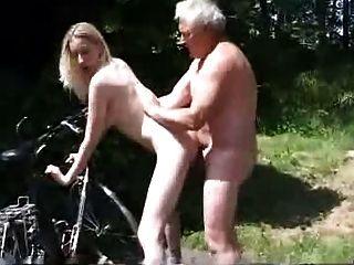jovem motociclista pede ajuda ao velho