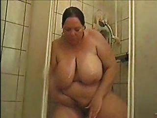 alemão bbw astrid toma banho e esfrega o bichano