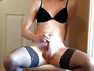 Tgurl em lingerie preta joga com ela e cums