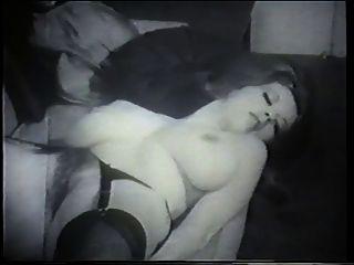 uma morena natural e linda com poses de mamas grandes para a câmera