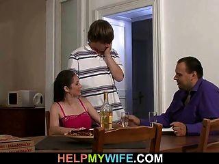 O marido observa sua esposa quente cuckolds