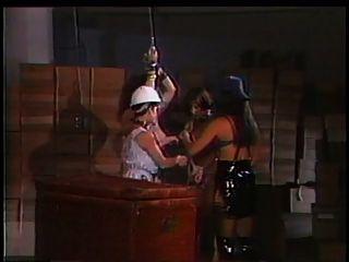 2 amantes brincando com um grande escravo de peitos