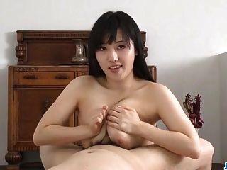 busty azusa nagasawa espanta com o seu galo sugando