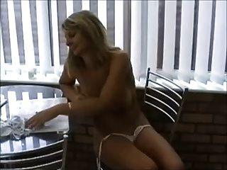 Milf quente em biquíni brincando com tits \u0026 pussy