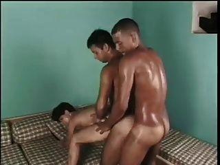 Trio bissexual apaixonado com um toque étnico!
