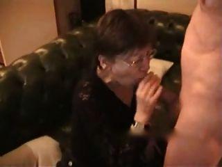 esposa mais velha recebe cum na cara e no peito