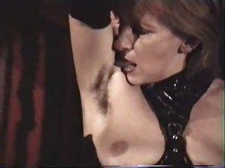 O escravo alemão feminino maduro deve lamber suas axilas peludas