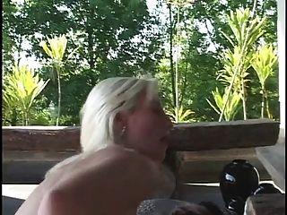 blonde blanqueado fica de joelhos e suga galo negro grosso e foda-se