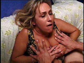 blonde mais velho com lindas mamas em um galo jovem e duro