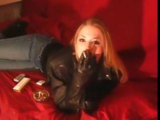 fumando garota de 120 mm com jaqueta de couro preto e luvas
