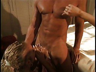 adorável blusa anal loira com tranças recebe seu traseiro fodido por um grande pau